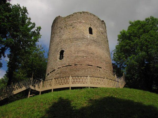 Bronllys_Castle_-_geograph.org.uk_-_1921221